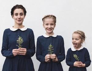 Anne ve Kızlarının Uyum İçerisindeki Sevimli Fotoğrafları