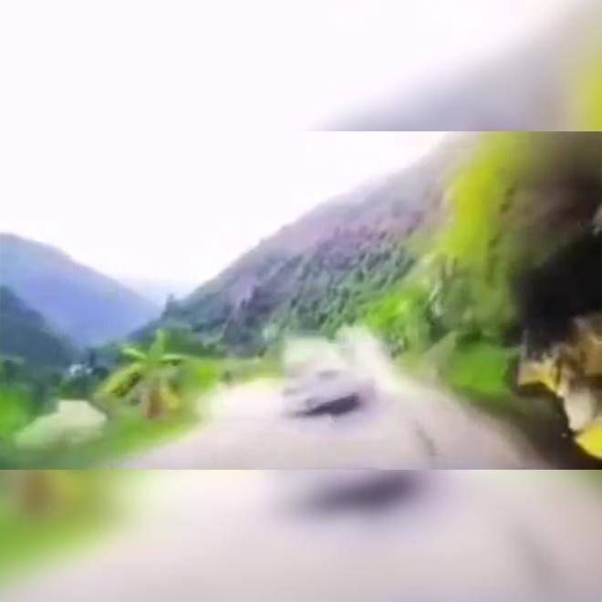 Arabanın Üzerine Kaya Düştü