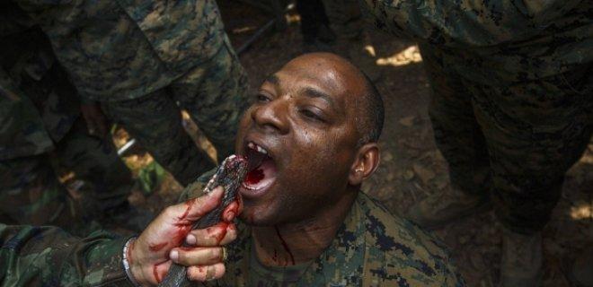 askerler-kobra-kani-iciyor.jpg