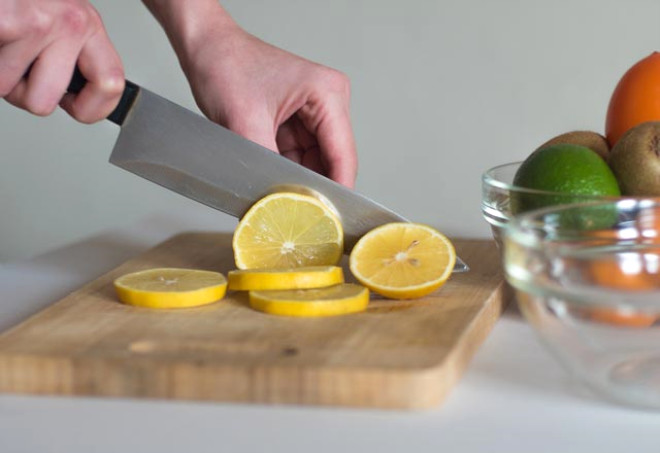 bıçaktaki lekeleri temizleyen limon