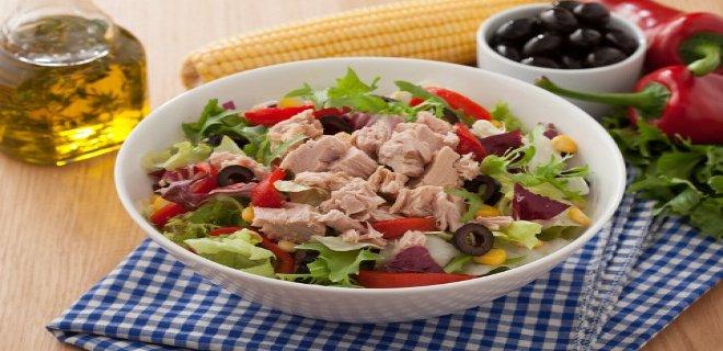 Tütsülenmiş tavuklu fasulye salatası - üç tarif kadar