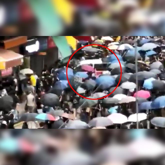 Hong Kong'da Taksici Eylemcilerin Arasına Daldı