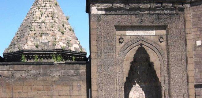Tarihi Yerler-Hunad Hatun Külliyesi