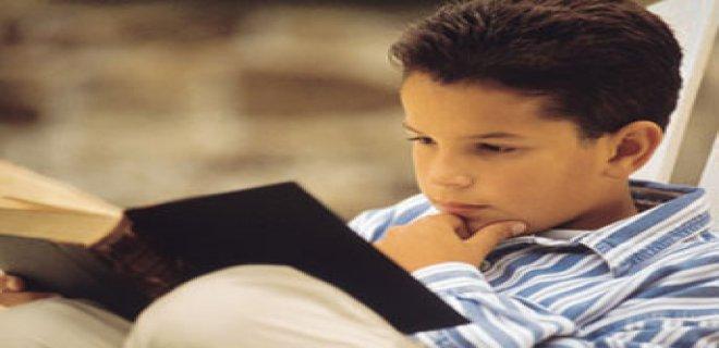 kitap okuyan çocuk.