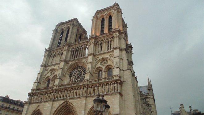 notre-dame-katedrali-bati-cephesi.jpg