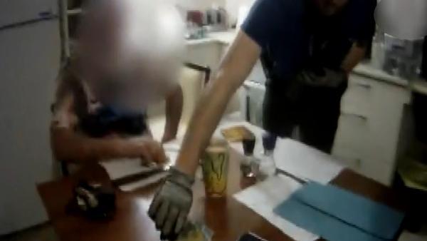Polis Baskınında Kahvaltı Yedi