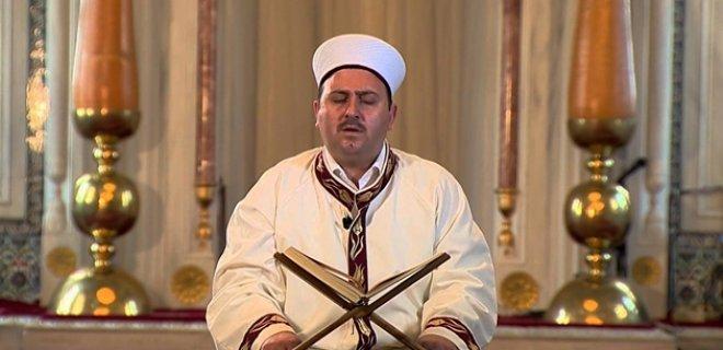 L'imam lors de la lecture du Coran, livre saint des musulmans - l'appel à la prière en Turquie