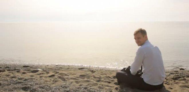 sahilde-oturan-kimse.jpg
