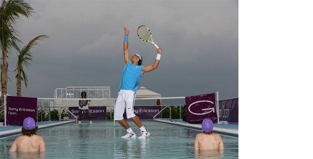 su-uzerinde-tenis-gosterisi.jpg