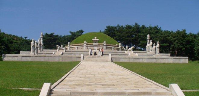 tomb-of-king-wanggon.jpg