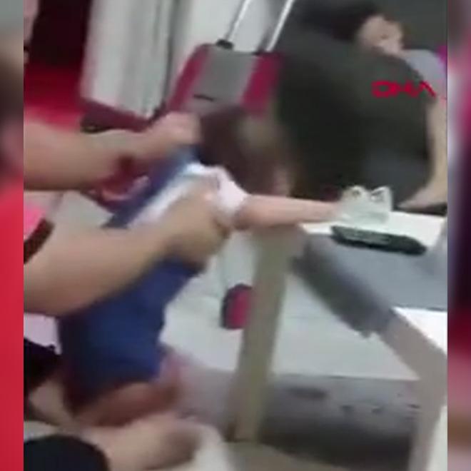 Yürümeyi Öğretmek İçin Bebeğini Dövdü